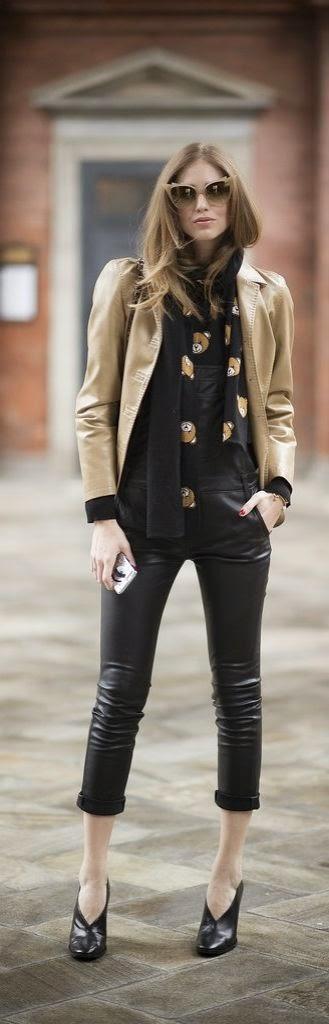 Chiara Ferragni Blusão creme, camisa bonecos, calças pele e botins abertos