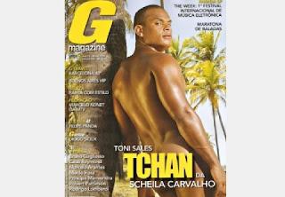 """Tony Salles, marido de Scheila Carvalho, também já mostrou todo seu """"borogodó"""" em um ensaio nu. Por coincidência, Scheila foi uma das musas da Playboy."""