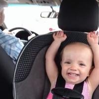 """Ella Mae ainda não tem 2 anos, mas já arraza nas redes sociais.  Ela virou febre no You Tube em um vídeo cantando uma música de Elvis Presley em """"An American Trilogy""""."""