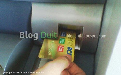 Gambar Memasukan Kartu ATM BCA