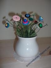 Guziczkowe kwiatuszki w śmietankowym wazoniku
