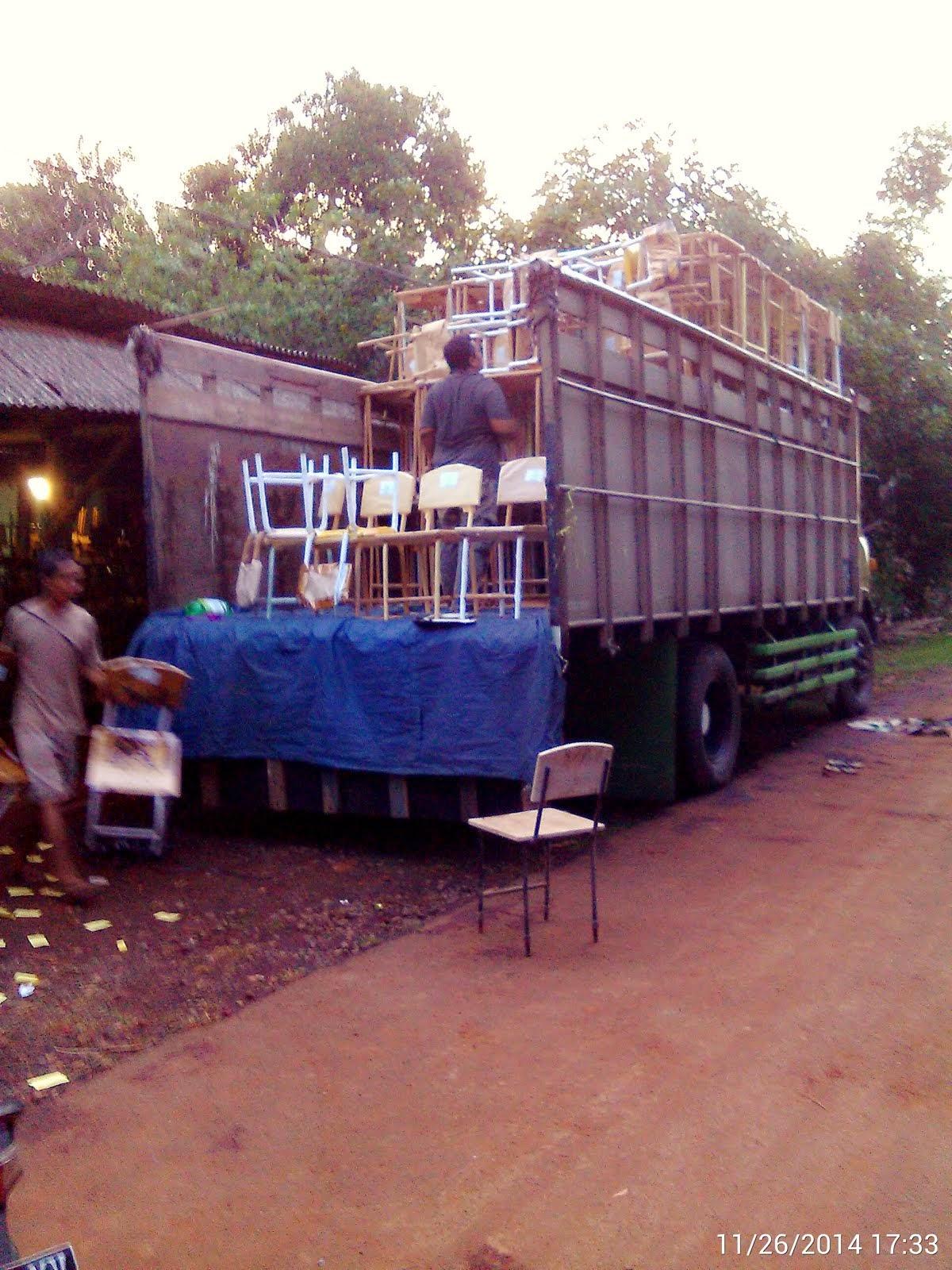 Saat Pengiriman Mebeler Sekolah ke Jakarta