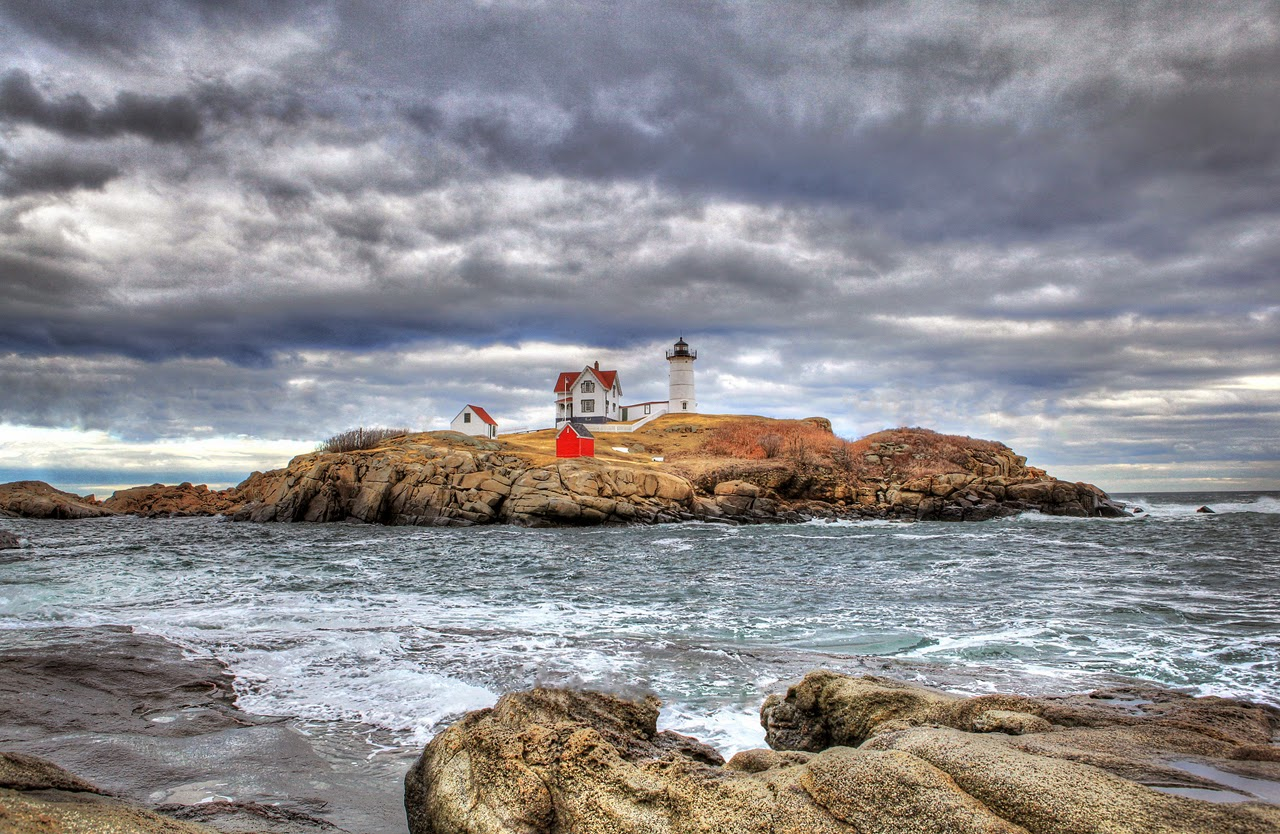 IMAGE: http://1.bp.blogspot.com/-AAz2VIuGvUY/VAtAeFSUFTI/AAAAAAAACZU/4xf163yxcPI/s1600/Lighthouse-resized%2B1280.jpg