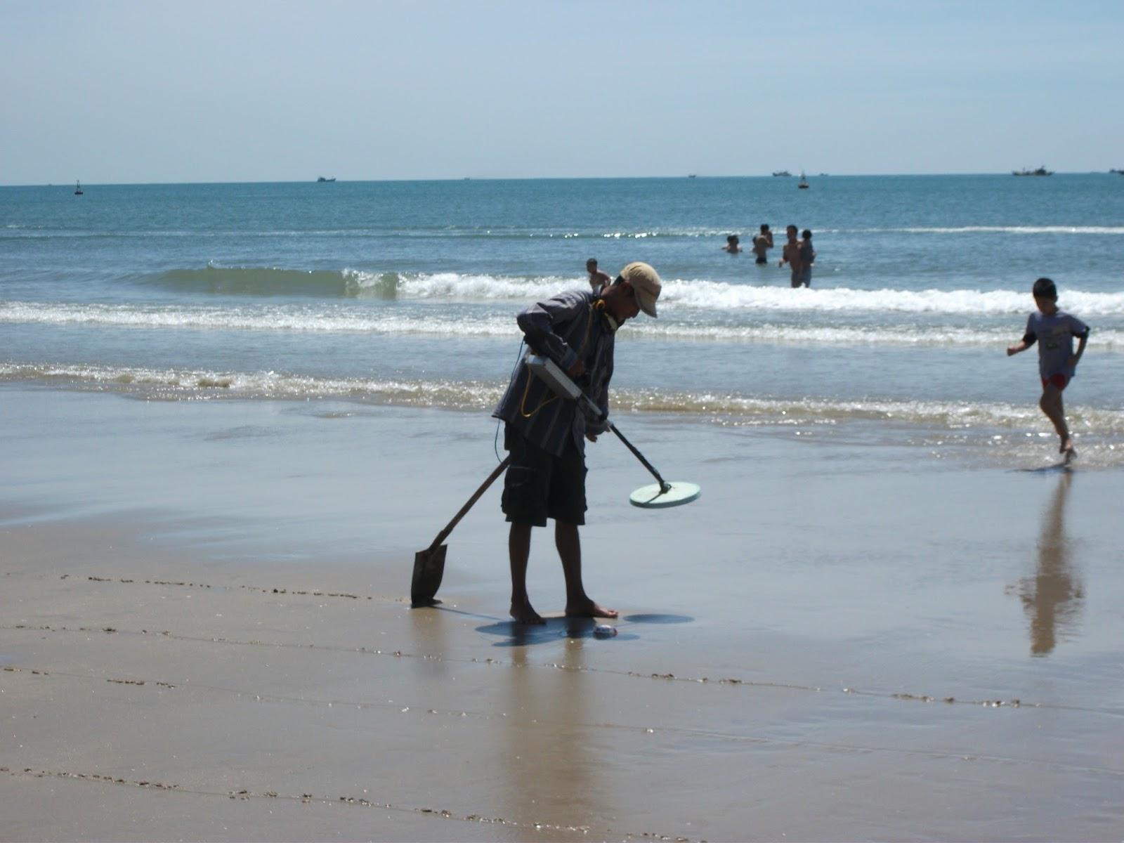 Treasure hunters on Bãi Sau (Back Beach)  Vung tau