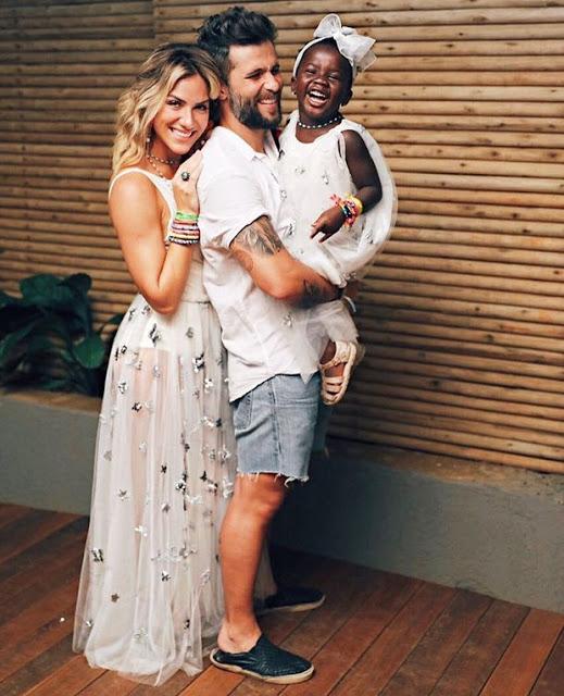 Bruno Gagliasso e Giovanna Ewbank desejam feliz 2017 com a filha, Titi