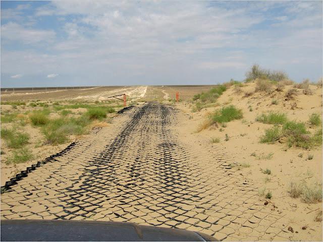 Казахстан, Мангистауская область, плато Устюрт. Дорога вдоль нефтегазопровода.
