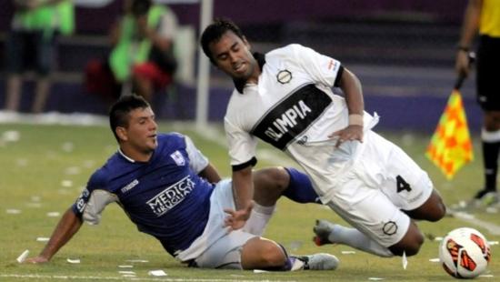 Sebastian Ariosa (à direita) em ação pelo Olimpia, do Paraguai na Copa Libertadores