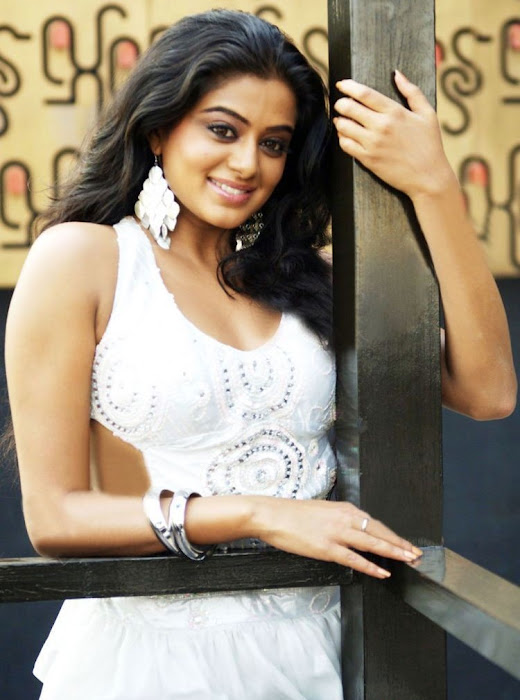 Tamil Actress Priyamani showing her legs in white short skirt