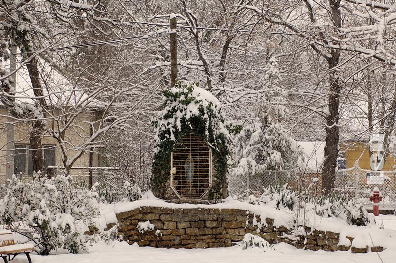 A lourdes-i barlang a havas templomkertben