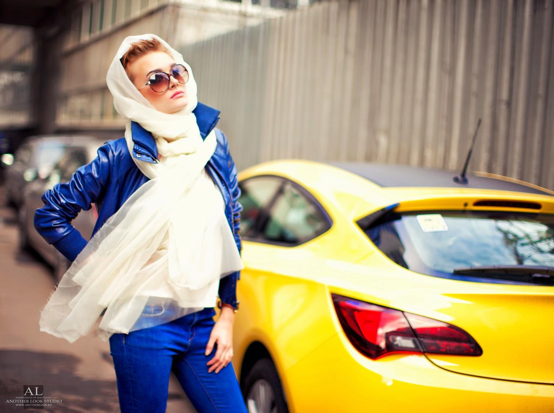 фотосессия в шарфе у машины