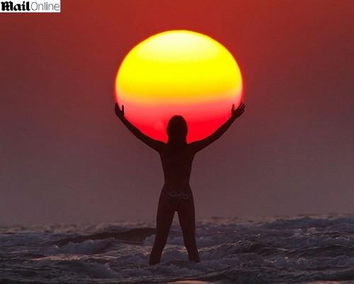 http://1.bp.blogspot.com/-AD_eSJYRiwA/T8OondL3tII/AAAAAAAAQCA/39KD-hSEhp0/s1600/lindas+fotos+abra%C3%A7ando+o+Sol.jpg