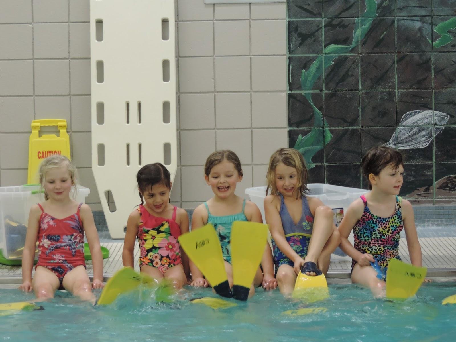 Les voyelles en cursive des palmes la piscine et des - Nager en piscine avec des palmes ...