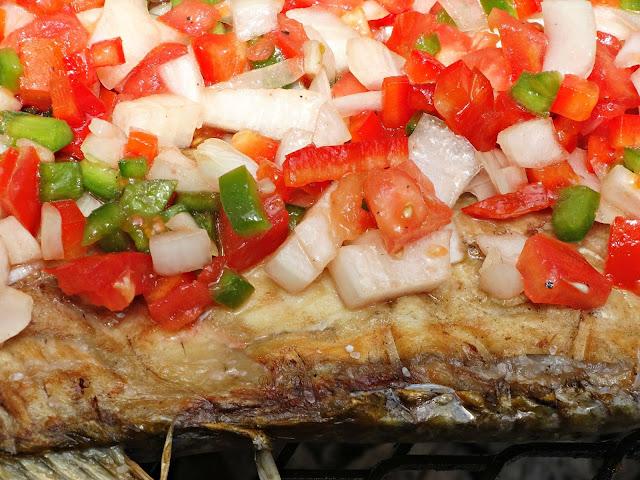 Vista en detalle de la salsa criolla sobre el pescado