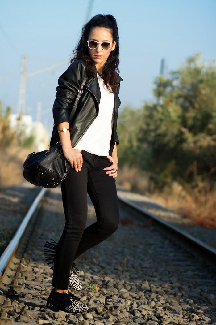Chaqueta perfecto oversized de cuero negra de Zara y botines modelo Minerva de Myblüchers