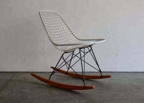 Druciane krzesło Eames bujane