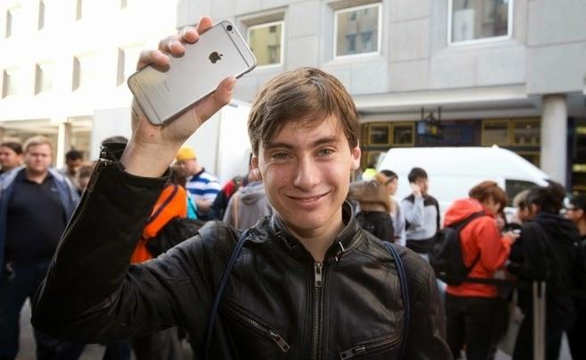 Fail: Orang Pertama Yang Mendapatkan iPhone 6 Menjatuhkannya di Sebuah Siaran Langsung - www.unikplus.com