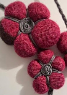http://www.manualidadeson.com/diy-como-hacer-flores-de-tela-reciclando-camisetas.html