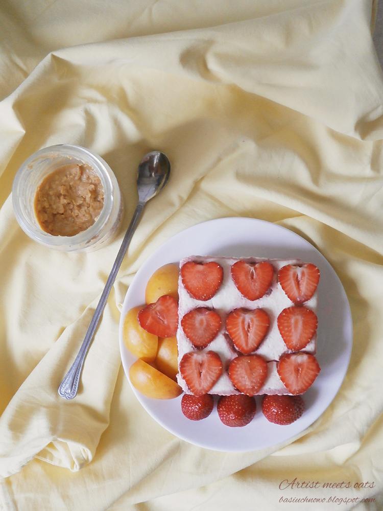 mini serniczek z truskawkami