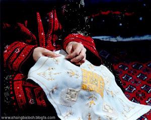 انگشتان هنرمند زن بلوچ