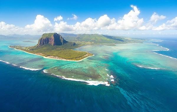 """شلالات تحت الماء"""" والموجودة قبالة الساحل بجزيرة موريشيوس"""