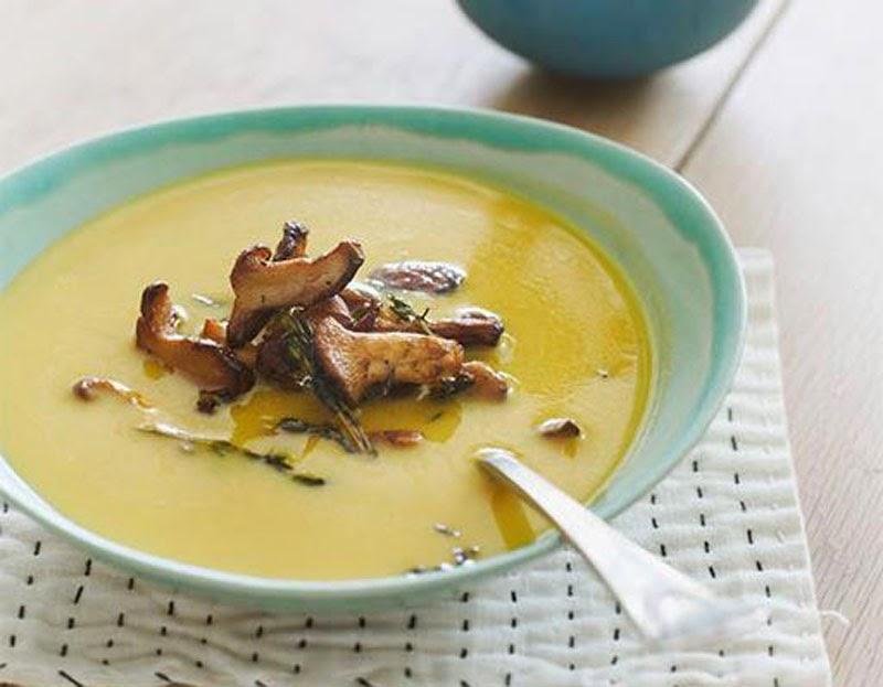 Fabuloso menú de otoño con recetas y productos de temporada: sopa de calabza con rebozuelos