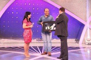 Thiara Lopes recebe Disco de Ouro no Programa Raul Gil