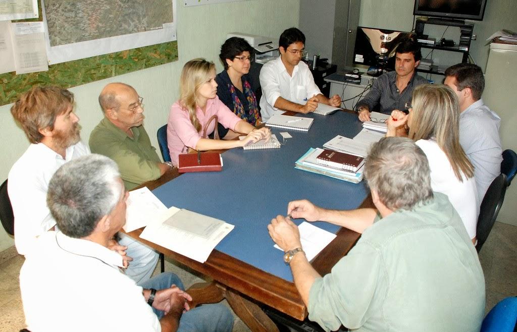 O subsecretário municipal de Meio Ambiente, Leandro Coutinho, se reúne com representantes da Encibra Paralela I e das secretarias de Educação, de Saúde, de Planejamento, de Agricultura, de Obras e de Serviços Públicos