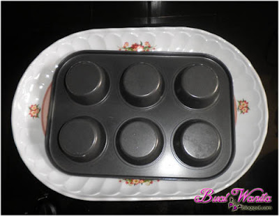 Terbalikkan loyang muffin untuk keluarkan kulit tart