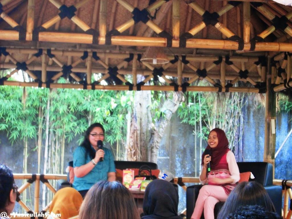 Pembicara mbak Claudia Kaunang (berbaju biru)