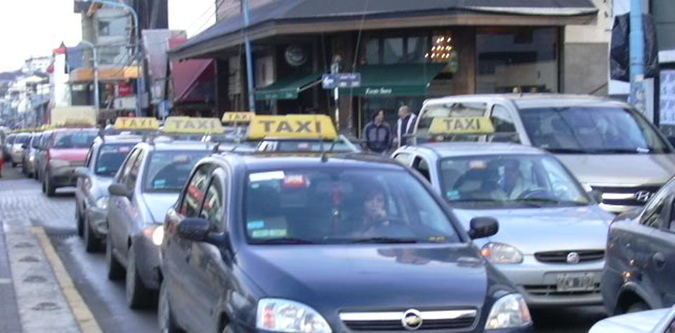 El miercoles tratan aumento tarifa de taxis