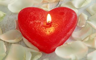 Rood hart kaars en bloemblaadjes