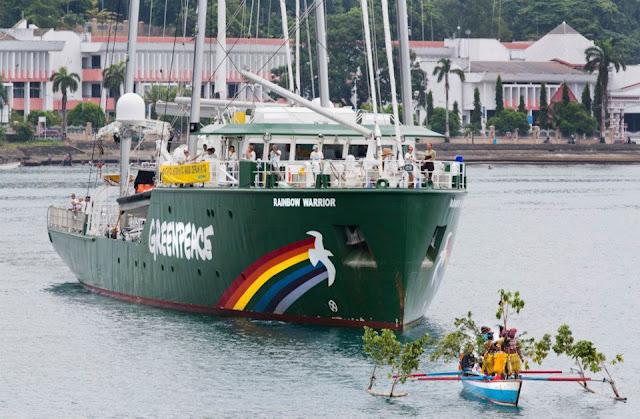 Perahu Nelayan Sambut Kapal Greenpeace Rainbow Warrior di Papua