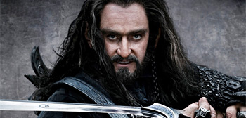 Thorin holding sword The Hobbit 2012 movieloversreviews.blogspot.com