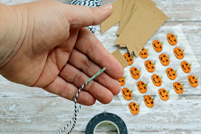 DIY Five-Minute Halloween Mini Banner | Simple and fun to hang anywhere and everywhere!