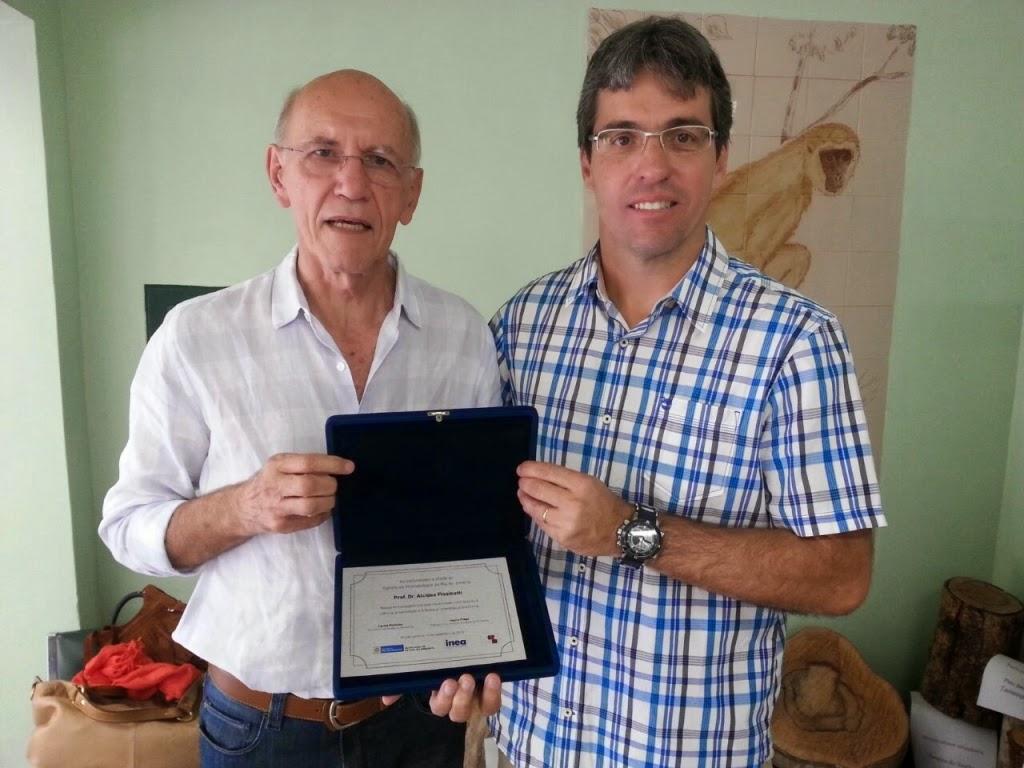 O primatólogo Alcides Pissinatti com o professor André Martins, coordenador de Medicina Veterinária do UNIFESO: homenagem por sua contribuição à ciência e à preservação do patrimônio natural