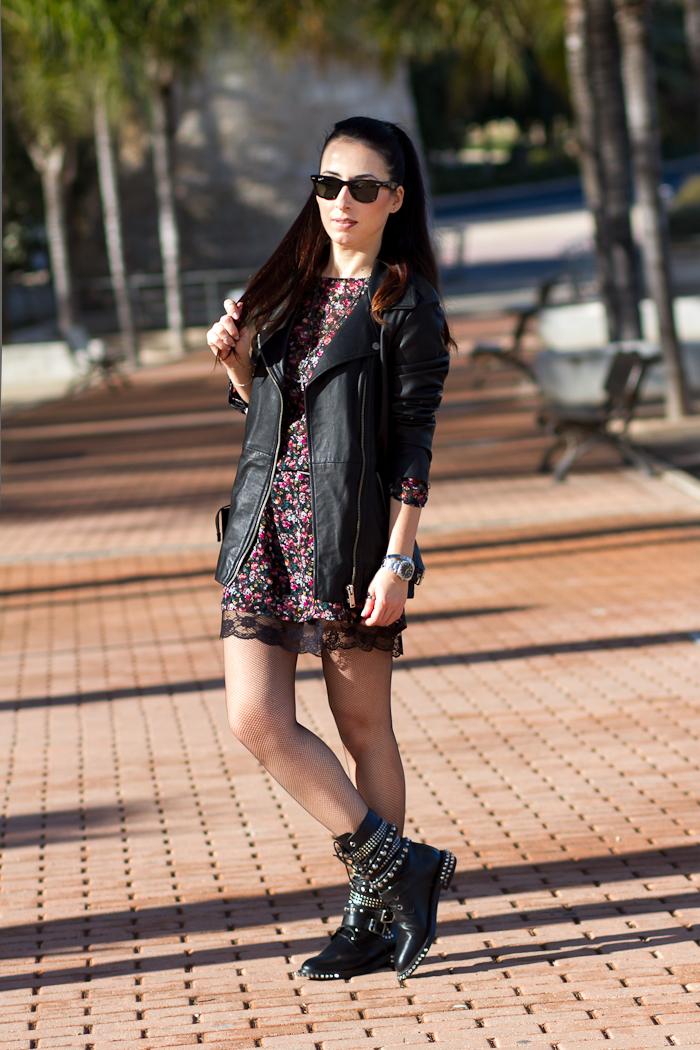 Look estilo rock inspiración YSL Saint Laurent Hedi Slimane con mini vestido de flores y chaqueta de cuero WOWS Bloguera de moda Valencia España