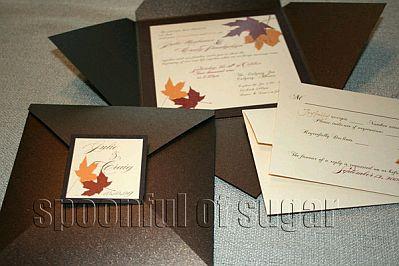otro lindo modelo de invitacin de boda el sobre es de color crema y la tarjeta tiene la silueta de unos edificios de color marrn mientras que las