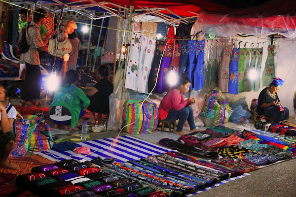 Barracas no mercado noite de Luang Prabang