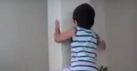 Anak Ini Mampu Memanjat Tiang Rumah Tanpa Alat Bantu Seperti Spiderman