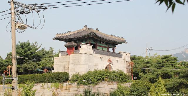 Puerta Hyehwamun en el norte de Seúl