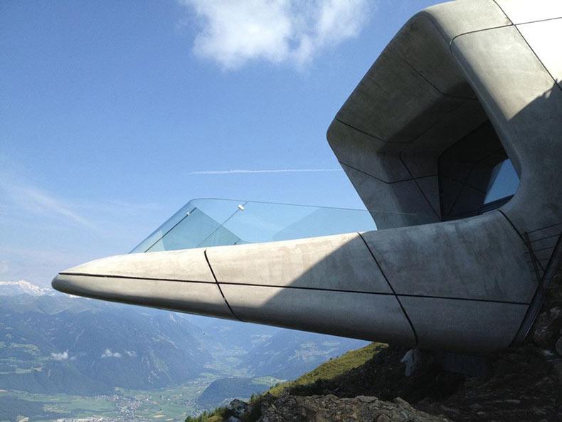Impresionante museo de la montaña de Zaha Hadid ubicado dentro de las dolomitas italianas