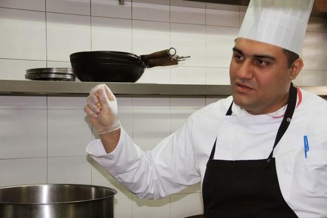 El chef del restaurante Du Liban muestra la forma de hacer Hommous. Blog Esteban Capdevila