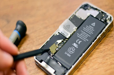 iPhone 4S open Battery step 4