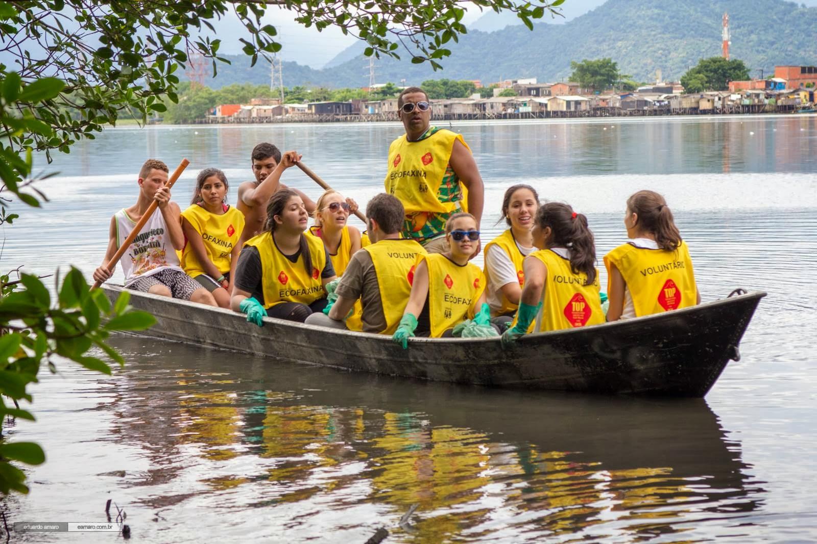 A limpeza de parte do manguezal foi feita com a ajuda de uma embarcação cedida pelos moradores. Crédito: Eduardo Amaro Silva / Instituto EcoFaxina