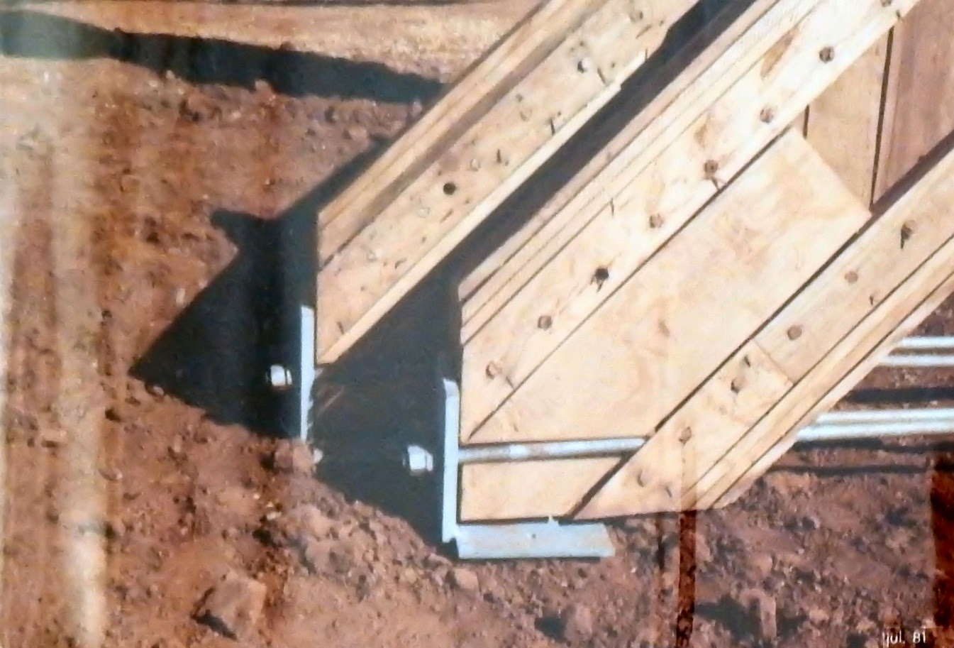 As extremidades dos arcos descansam sobre colunas de concreto através de chapas metálicas parafusadas em tirantes.