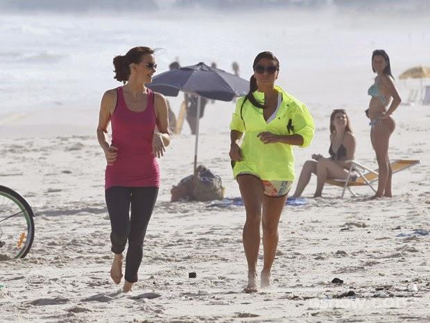 Elas conversam enquanto caminham nas areias da praia...