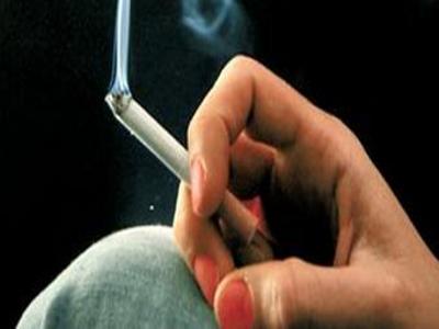 mano-de-mujer-con-cigarro-humeando