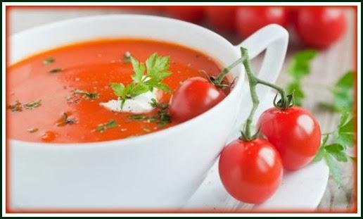 Sopa de tomate com molho de iogurte
