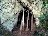 Reixa d'entrada a la Cova del Carme