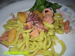 scialatielli verdi con calamari e patate